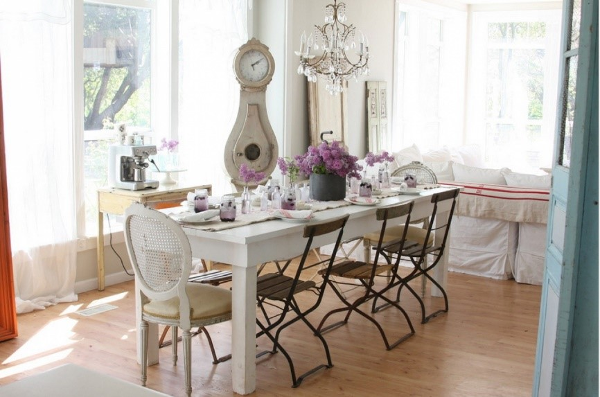 10 diferentes maneras de mezclar sillas en tu comedor for Comedor sillas diferentes