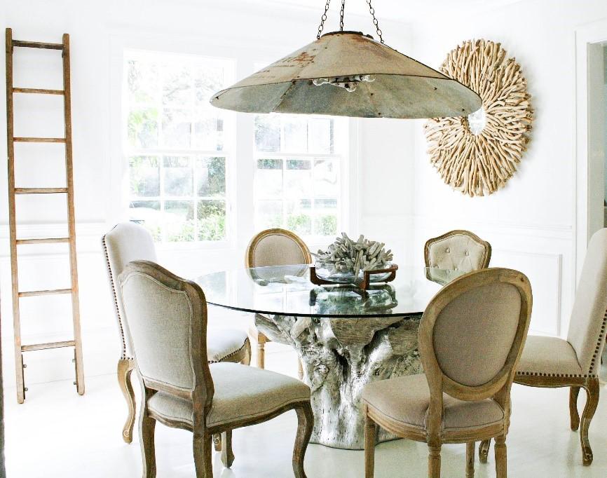 10 diferentes maneras de mezclar sillas en tu comedor for Mesa y sillas tapizadas