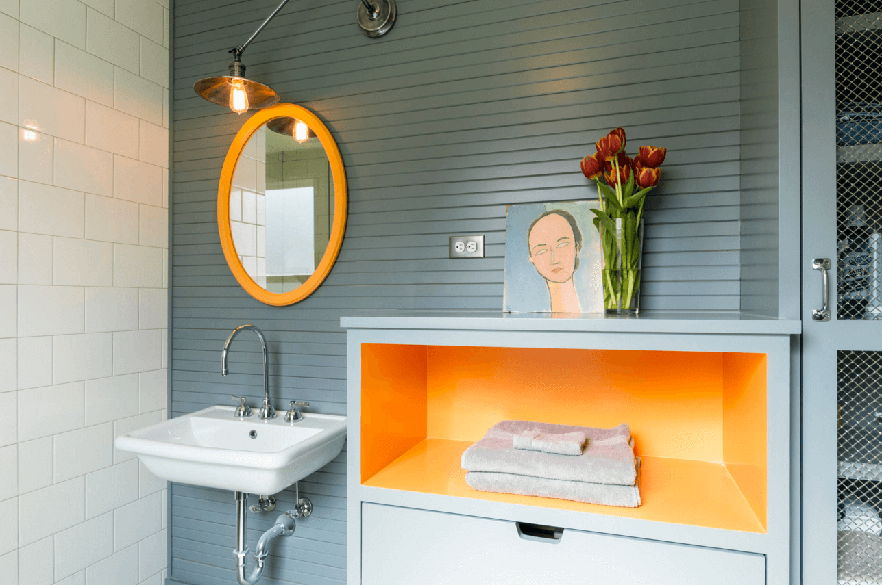 4 fáciles maneras para agregar color en un baño neutro